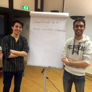 Yunus und Jad stellen das Flüchtlingsprojekt 'Unsere Zukunft mit Dir' vor